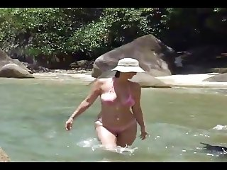 Mami con bikini transparente en la playa