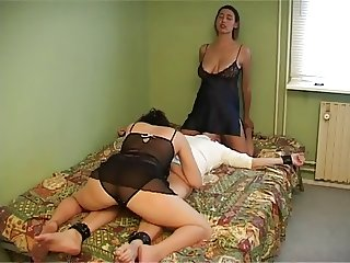 Kamilla & Mia threesome