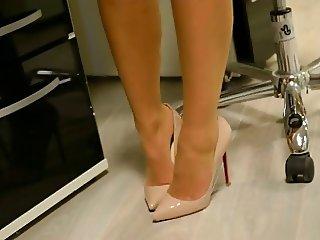 Strumpfhose und High Heels beim shoppen