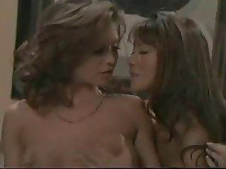 Asiatica seduce a una milf