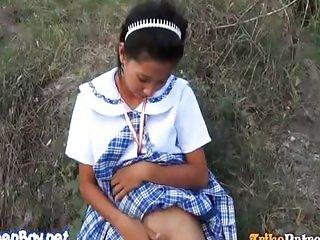 Jovencita filipina chupando polla