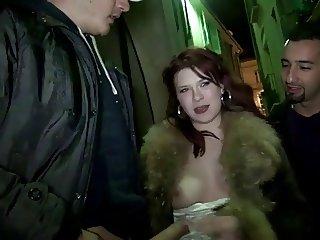 J&M baiser dans la rue devant les passants