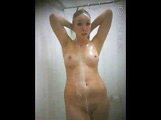 Adriana en la ducha