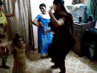 indian girls dancing