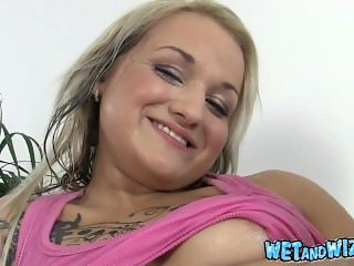 Valentina covers herself in warm piss