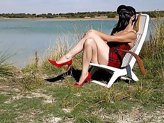 Limpiando los zapatos en la orilla del lago.