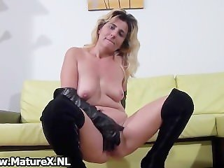 Amateur mom loves finger fucking part5