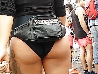 Hot chick nice tan in bikini moving her big booty!