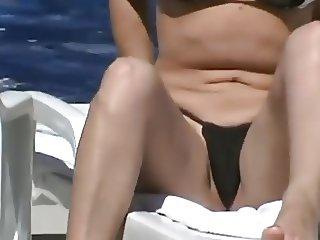 Gostosa tirando o bikini do cu