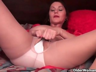 American mom Jewels From SEXDATEMILF.COM satisfies her craving pussy