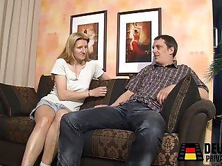 Gelangweilt auf dem Sofa