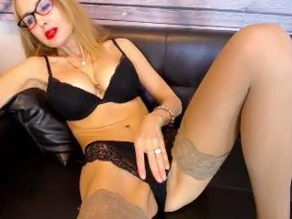 Hot blonde MILF from huntgirls.com