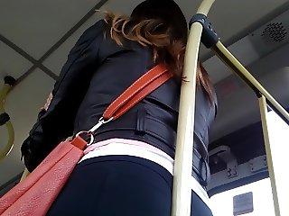 Gostosa no bus de legging