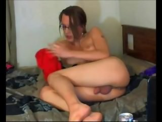 Naughty tranny dildoing her butthole