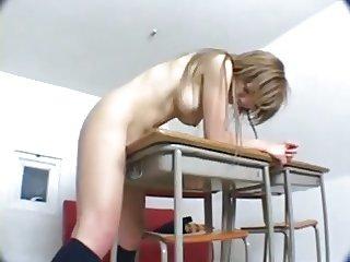 Elle se branle avec une table