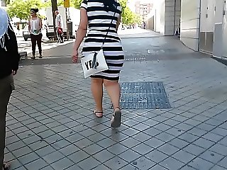 CANDID ASS big fat ass of a petite woman (MC)
