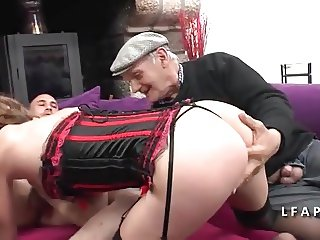 Amatrice francaise sodomisee pour son casting avec Papy
