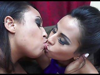 lesbo kissers