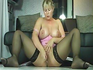 Amateur blonde milf squirting