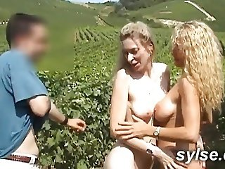 Depucelage dans les vignes et gode en voiture !