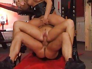 Pee fetish threesomes