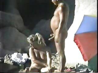 pareja nudista en la playa