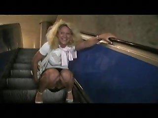 MILF pinkelt auf Rolltreppe